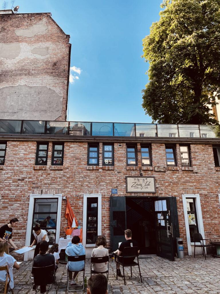 plener wakacje dziedziniec rysunek malarstwo Wrocław pracownia warsztaty artystyczne plastyczne otwarta nadodrze rydygiera 25b znasz ich bistro