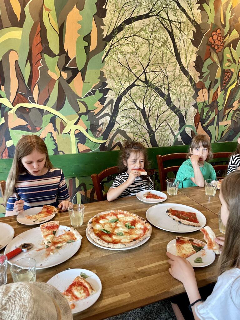 półkolonie Wrocław dzieci młodzież artystyczne plastyczne plener wakacje 2021 malarstwo rysunek szkicownik ogień pizzeria pizza