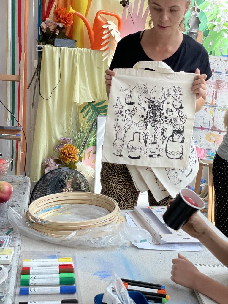 półkolonie Wrocław dzieci młodzież artystyczne plastyczne plener wakacje 2021 malarstwo rysunek szkicownik grafika ekotorba ilustracja