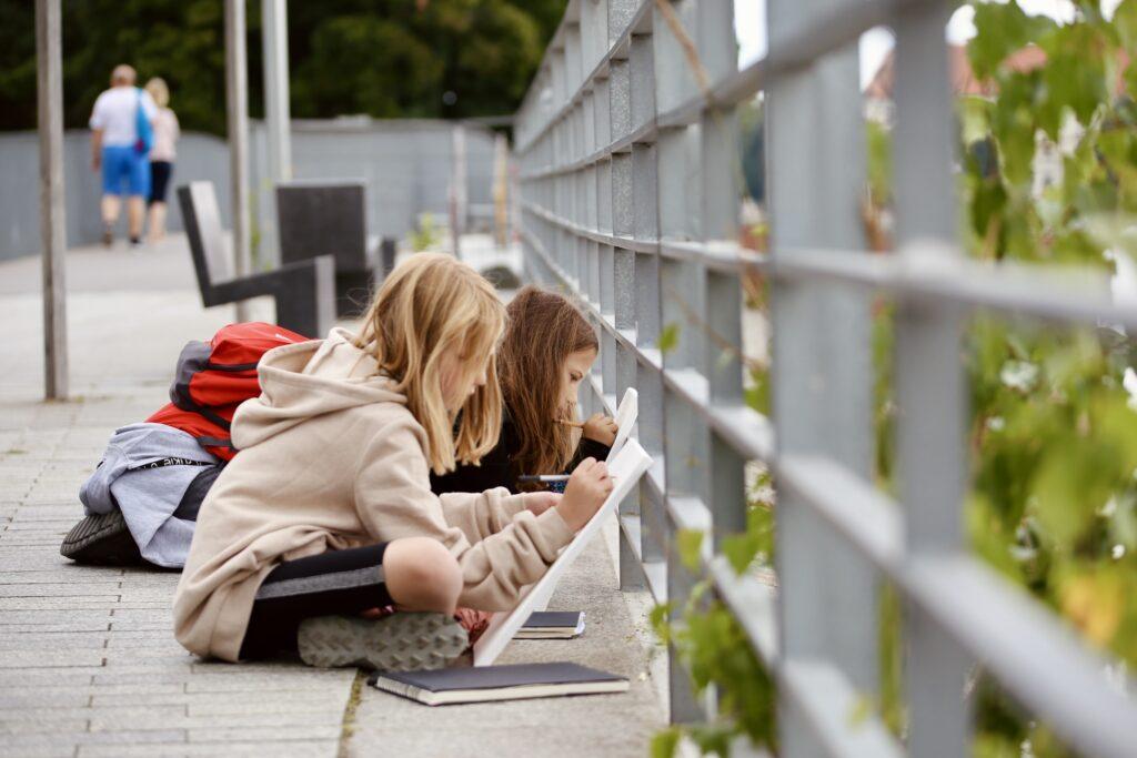 półkolonie Wrocław dzieci młodzież artystyczne plastyczne plener wakacje 2021 malarstwo rysunek szkicownik foto. Daria Kowalska Sarp architektura