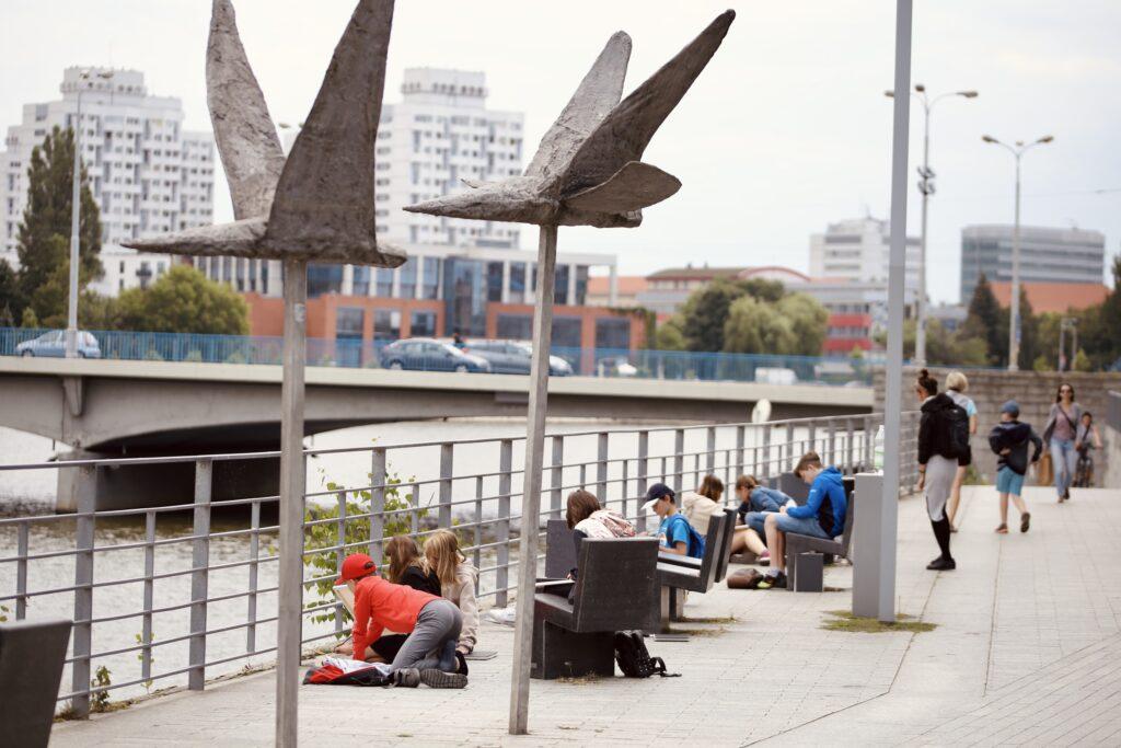 półkolonie Wrocław dzieci młodzież artystyczne plastyczne plener wakacje 2021 malarstwo rysunek szkicownik SARP architektura Manhattanu sedesowe Abakanowicz rzeźba nad odrą